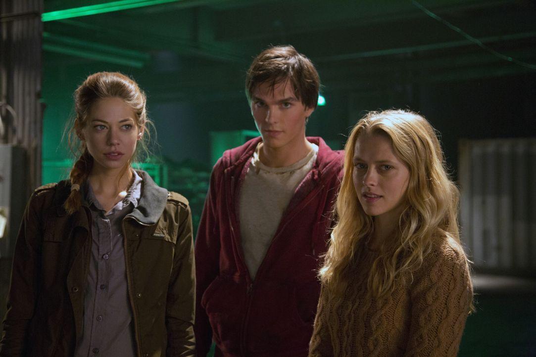 (v.l.n.r.) Nora (Analeigh Tipton) und Julie (Teresa Palmer) ist es gelungen, Zombie R (Nicholas Hoult) ein menschliches Antlitz zu verpassen, damit... - Bildquelle: 2013 Concorde Filmverleih GmbH