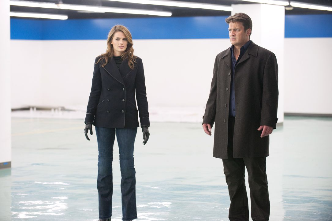 Kate Beckett (Stana Katic, l.) und Richard Castle (Nathan Fillion, r.) wollen unbedingt die von Thomas Gage begangenen Morde aufklären ... - Bildquelle: 2012 American Broadcasting Companies, Inc. All rights reserved.