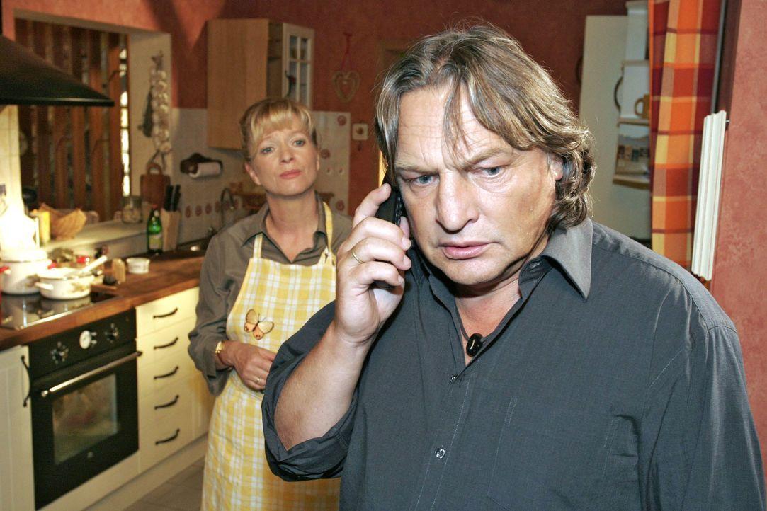 Bernd (Volker Herold, r.) und Helga (Ulrike Mai, l.) sind entsetzt, als sie telefonisch die Schreckensnachricht über Lisas Zusammenbruch erhalten. - Bildquelle: Noreen Flynn SAT.1 / Noreen Flynn