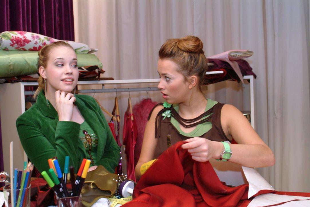 Kim (Lara-Isabelle Rentinck, l.) hat eine Idee, wie Hannah (Laura Osswald, r.) ihr Finanzproblem lösen kann. - Bildquelle: Monika Schürle SAT.1 / Monika Schürle