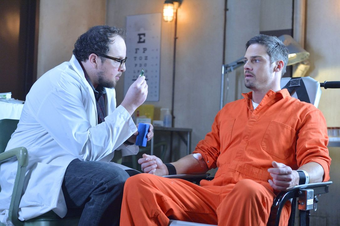 J.T. (Austin Basis, l.) versucht alles, damit er Vincent (Jay Ryan, r.) helfen kann. Doch hat er eine Chance, ihn vor dem Gefängnis zu retten? - Bildquelle: 2013 The CW Network, LLC. All rights reserved.