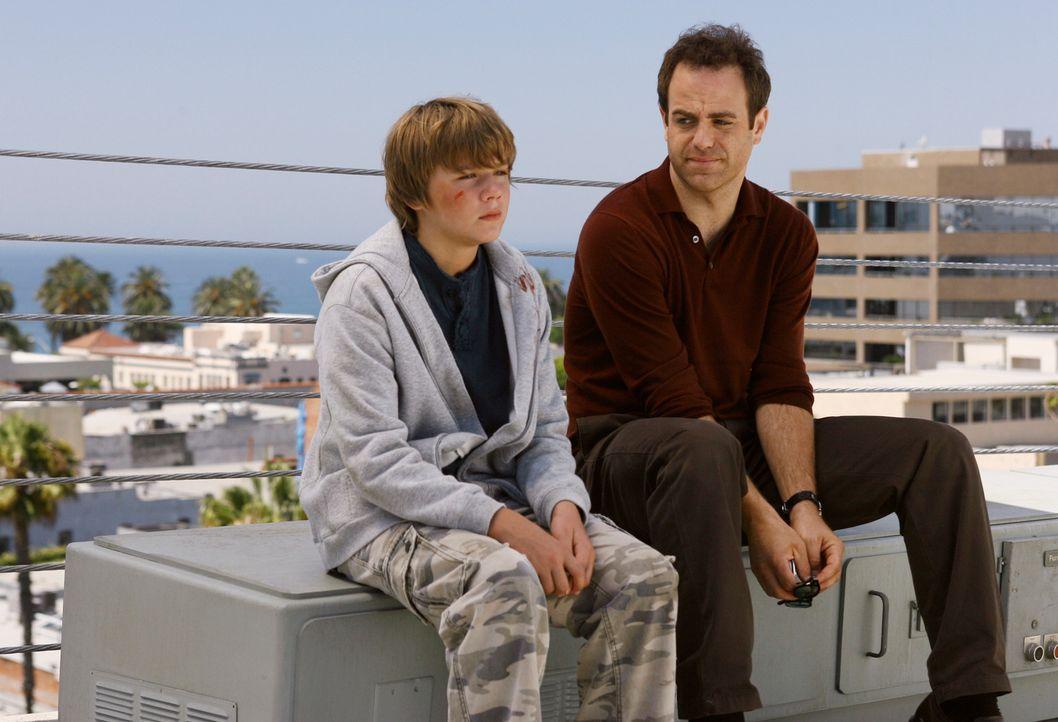 Cooper (Paul Adelstein, r.) bekommt erneut Besuch von Michael (Miles Heizer, l.), der anscheinend verprügelt wurde. Er gesteht, dass er seine Flamm... - Bildquelle: 2007 American Broadcasting Companies, Inc. All rights reserved.