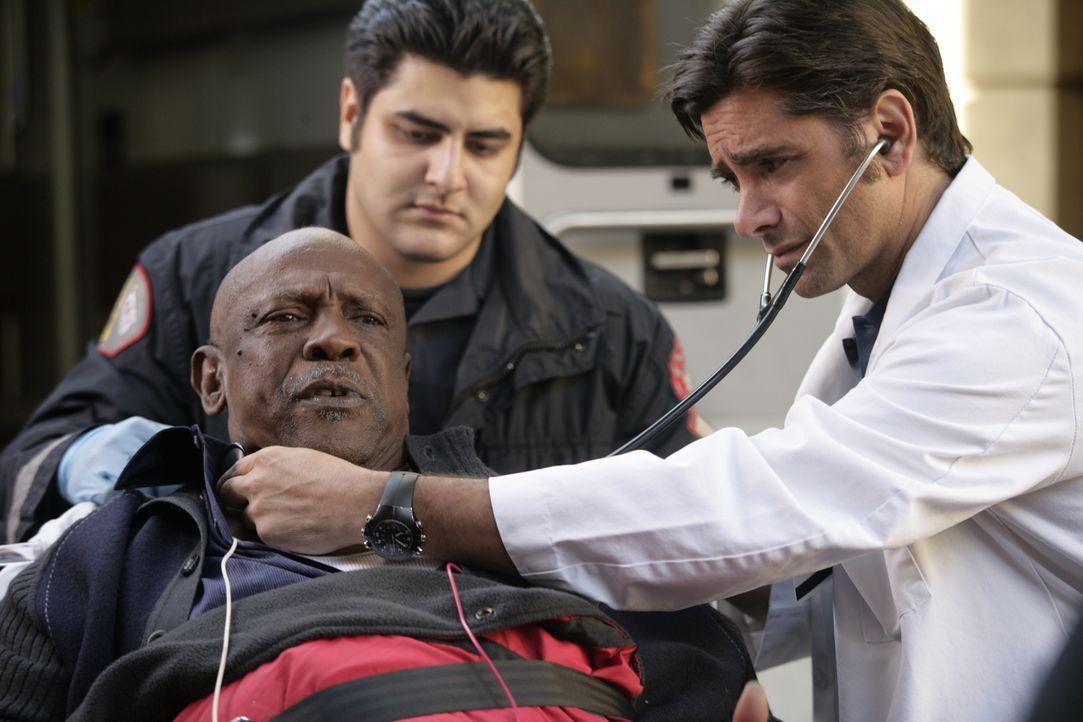 Ein Wettlauf mit der Zeit: Dr. Tony Gates (John Stamos, r.) kümmert sich um Leo Malcolm (Louis Gossett, Jr., l.), der ins County eingeliefert wurde... - Bildquelle: Warner Bros. Television