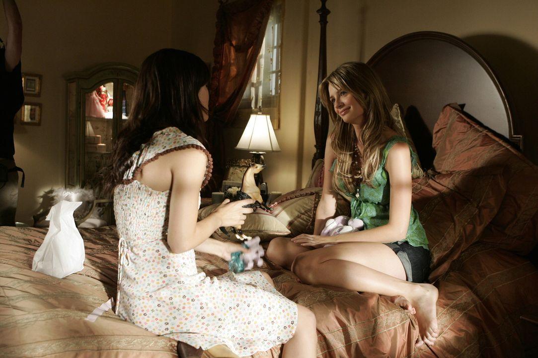 Summer (Rachel Bilson, l.) steht Marissa (Mischa Barton, r.) in ihrer schweren Zeit bei ... - Bildquelle: Warner Bros. Television
