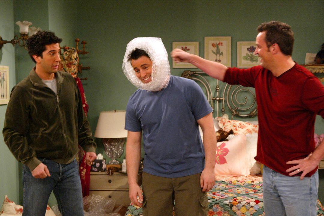 Haben viel Spaß beim Umzugskistenpacken: Ross (David Schwimmer, l.), Joey (Matt LeBlanc, M.) und Chandler (Matthew Perry, r.) ... - Bildquelle: Warner Bros. Television