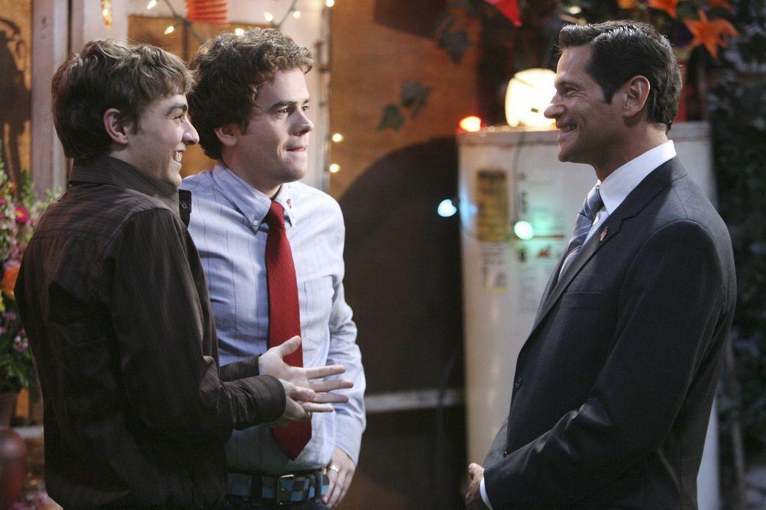 Gonzo (Dave Franco, l.) und Ben (Daniel Weaver, M.) sind völlig nervös, als sie Senator Ken Logan (Thomas Calabro, r.) kennenlernen ... - Bildquelle: ABC Family