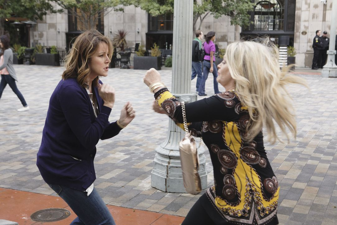 Ellie (Christa Miller, l.) steigt in den Zickenkrieg gegen Lauries Mutter (Beverly D'Angelo, r.) mit ein - ein ganz besonderer Kampf beginnt ... - Bildquelle: 2009 ABC INC.