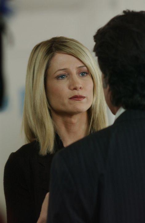 Als Kirsten (Kelly Rowan, l.) Sandy (Peter Gallagher, r.) in seinem neuen Büro überraschen will, macht sie eine schreckliche Entdeckung ... - Bildquelle: Warner Bros. Television