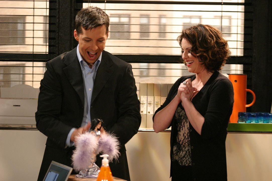 Um Jack (Sean Hayes, l.) etwas aufzumuntern, hat sich Karen (Megan Mullally, r.) was ganz Besonderes einfallen lassen ... - Bildquelle: Justin Lubin 2003 NBC, Inc. All rights reserved.