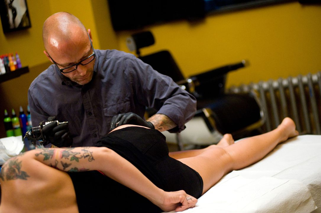 In der letzten Challenge müssen Tommy Helm und seine Konkurrenten Tattoos nach ihren eigenen Vorstellungen stechen und damit Kunde und Jury überzeug... - Bildquelle: Fernando Leon Spike TV