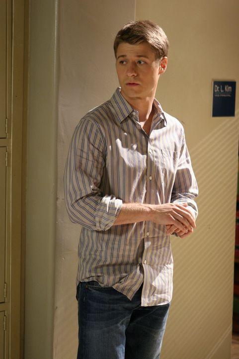 Ryan (Benjamin McKenzie) versucht mit allen Mitteln, Marissa zu helfen, nicht von der Schule verwiesen zu werden ... - Bildquelle: Warner Bros. Television