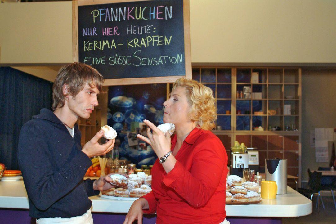 Agnes (Susanne Szell, r.) und Boris (Matthias Rott, l.) glauben eine gute Idee zu haben, als sie besondere Pfannkuchen anbieten. Doch keiner will si... - Bildquelle: Monika Schürle SAT.1 / Monika Schürle