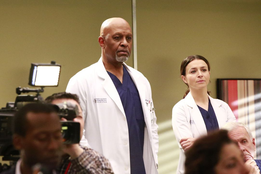Während Amelia (Caterina Scorsone, r.) eine schlechte Nachricht für ihre Patientin hat, herrscht zwischen Webber (James Pickens Jr., l.) und Catheri... - Bildquelle: Mitch Haaseth 2017 American Broadcasting Companies, Inc. All rights reserved.