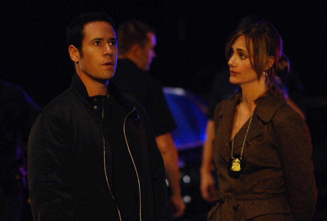 Don Eppes (Rob Morrow, l.) und Megan Reeves (Diane Farr, r.) versuchen, einen neuen Fall zu lösen ... - Bildquelle: Paramount Network Television