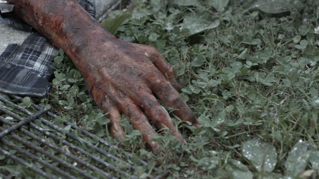 James Cooper wird blutüberströmt in seinem Wagen gefunden, mit einem Revolve... - Bildquelle: Jupiter Entertainment