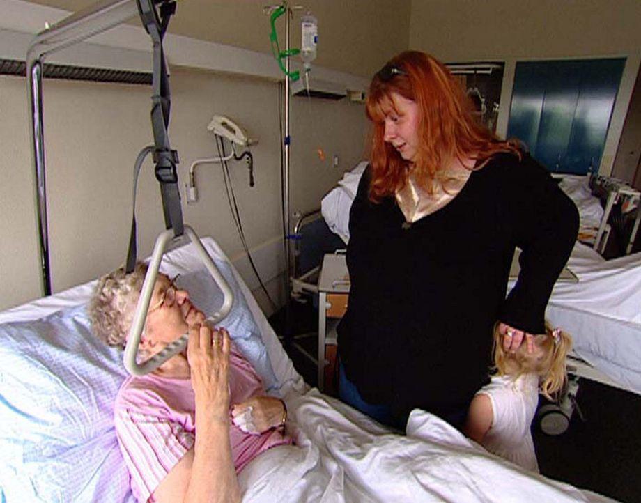 Kirsten (M.) und Kay Sarah (r.) besuchen Oma Ruth (l.) im Krankenhaus. - Bildquelle: ProSieben