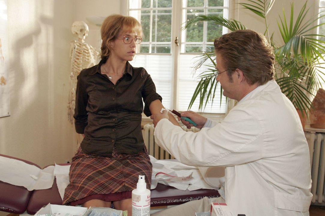 Von Bernd zum Arzt geschleppt, erhält Lisa (Alexandra Neldel, l.) von Dr. Weber (Peter Atanassow, r.) die Diagnose, dass ihre Schwäche von ihrer Ver... - Bildquelle: Noreen Flynn SAT.1 / Noreen Flynn