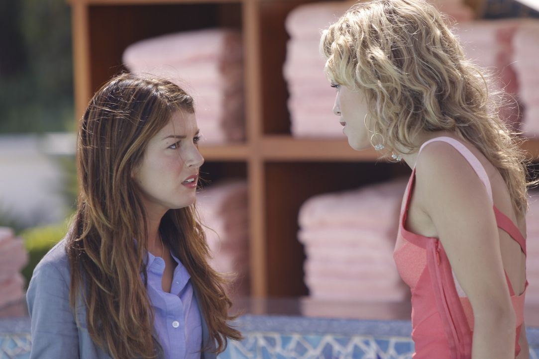 Naomi (AnnaLynne McCord, r.) ist immernoch sauer auf Annie (Shenae Grimes, l.), weil sie die Polizei gerufen hat und verspricht ihr Leben zur Hölle... - Bildquelle: TM &   CBS Studios Inc. All Rights Reserved