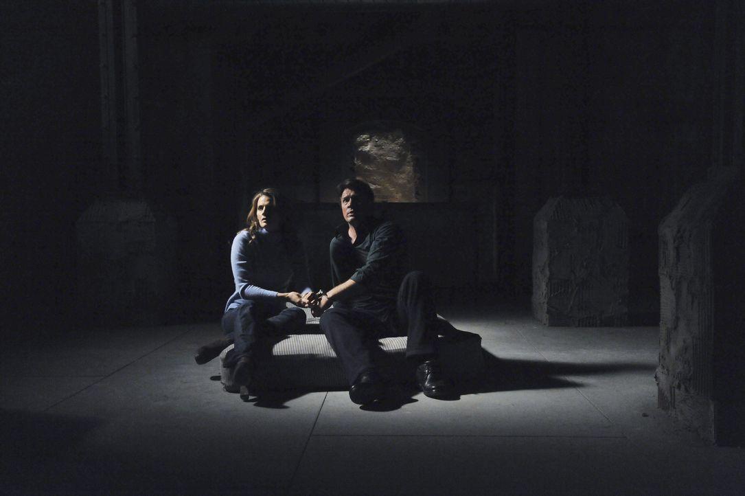 Richard Castle (Nathan Fillion, r.) und Kate Beckett (Stana Katic, l.) finden sich plötzlich mit Handschellen aneinander gekettet in einem Raum wied... - Bildquelle: 2011 American Broadcasting Companies, Inc. All rights reserved.