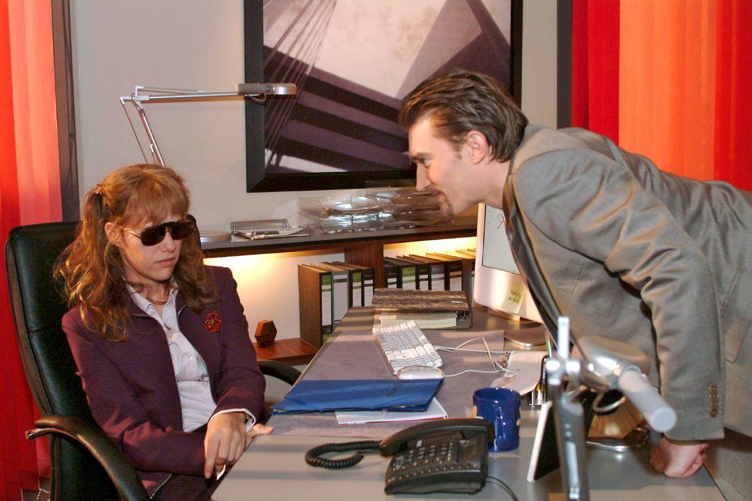 Lisa (Alexandra Neldel, l.) - zurück an ihrem Arbeitsplatz - kann ihre Angst vor Richard (Karim Köster, r.) nicht verbergen. (Dieses Foto von Alexan... - Bildquelle: Monika Schürle SAT.1 / Monika Schürle