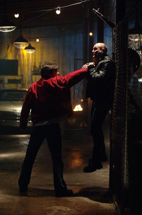 Selbst der von Andrea gestellte Kriminelle (Douglas Arthurs, r.) hat ihr Gesicht nicht gesehen. Clark (Tom Welling, l.) kommt bei der Suche nach der... - Bildquelle: Warner Bros.