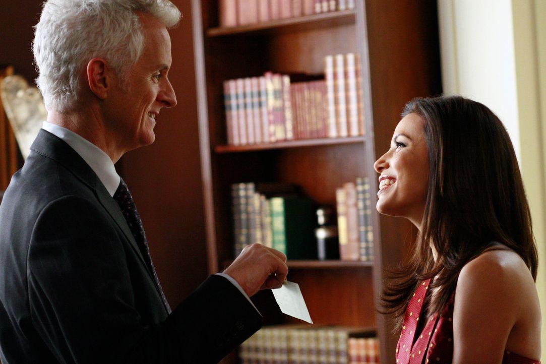 Gabrielle (Eva Longoria, r.) kehrt mit Victors (John Slattery, l.) Scheck zurück, um ihn unterschreiben zu lassen. Er bittet sie, mit ihm auszugehen... - Bildquelle: 2005 Touchstone Television  All Rights Reserved