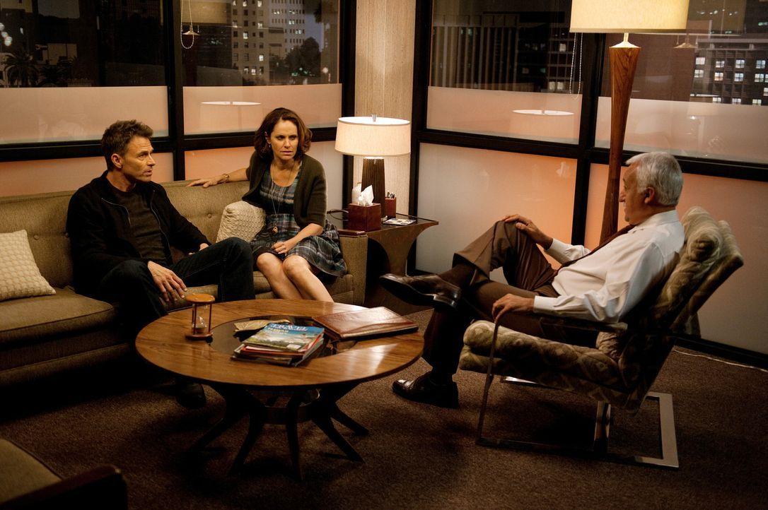 Amelia igelt sich emotional völlig ein und geht ihren Kollegen aus dem Weg, während Pete (Tim Daly, l.) und Violet (Amy Brenneman, M.) mit einem The... - Bildquelle: ABC Studios