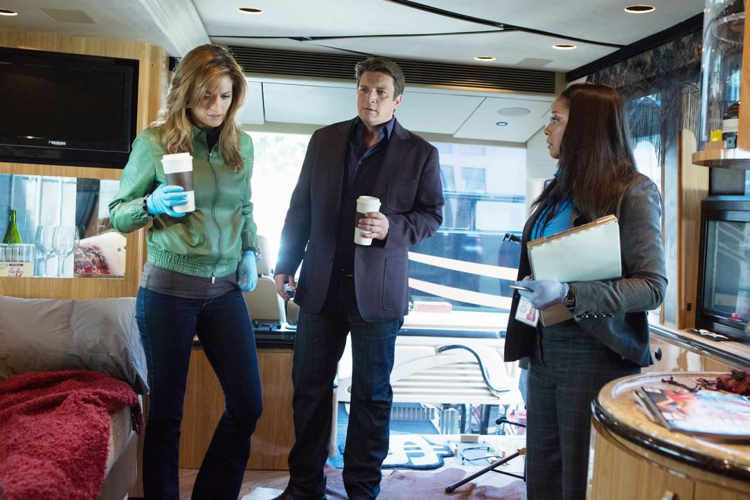 Am Tatort lassen sich Kate Beckett (Stana Katic, l.) und Richard Castle (Nathan Fillion, M.) von Lanie (Tamala Jones, r.) auf den neuesten Stand bri... - Bildquelle: 2012 American Broadcasting Companies, Inc. All rights reserved.