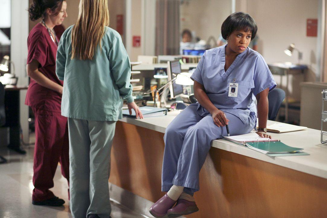 Bailey (Chandra Wilson, r.) ahnt nicht, das Burke und Cristina ein Geheimnis haben ... - Bildquelle: Touchstone Television