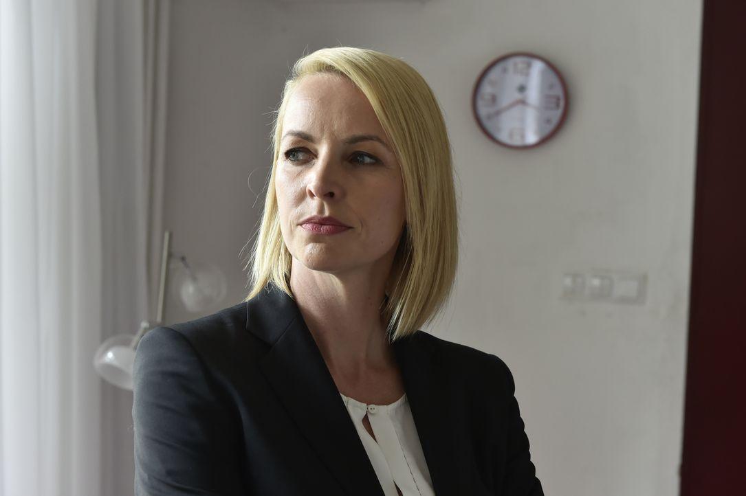 Während Mila ein Blind-Date hat, entdeckt Theresa (Simone Hanselmann) ihren Ex-Freund Jens mit Sally - schnell wird sie von Neid geplagt ... - Bildquelle: Claudius Pflug SAT.1