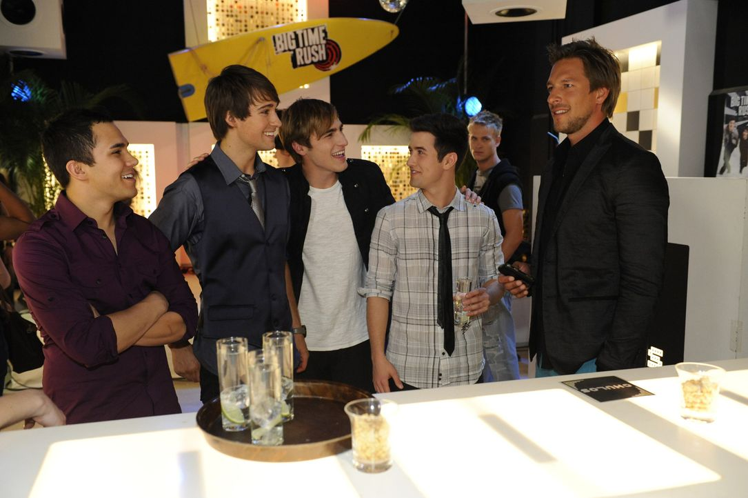 Frank (Hendrik Borgmann, r.) begrüßt Carlos (l.), James (2.v.l.), Kendall (3.v.l.) und Logan (3.v.r.), die Mitglieder der Band BIG TIME RUSH ?... - Bildquelle: SAT.1