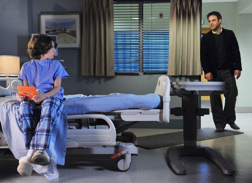 Die Behandlung von Oliver (Bobby Coleman, l.) und das Drängen Sheldons bringen Cooper (Paul Adelstein, r.) dazu, dass er ein eigenes Kindheitsprobl... - Bildquelle: ABC Studios
