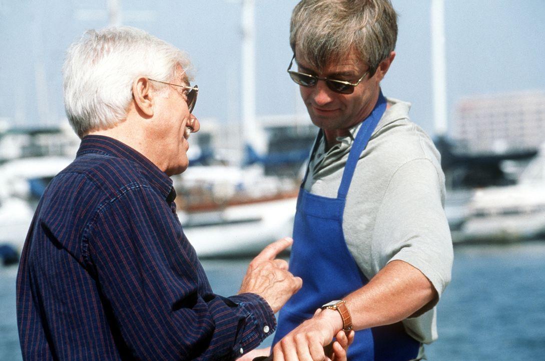 Mark (Dick Van Dyke, l.) bemerkt an David McReynolds (James Read, r.) Arm eine teure Uhr, die einige Kratzer am Armband aufweist, für die David nur... - Bildquelle: Viacom