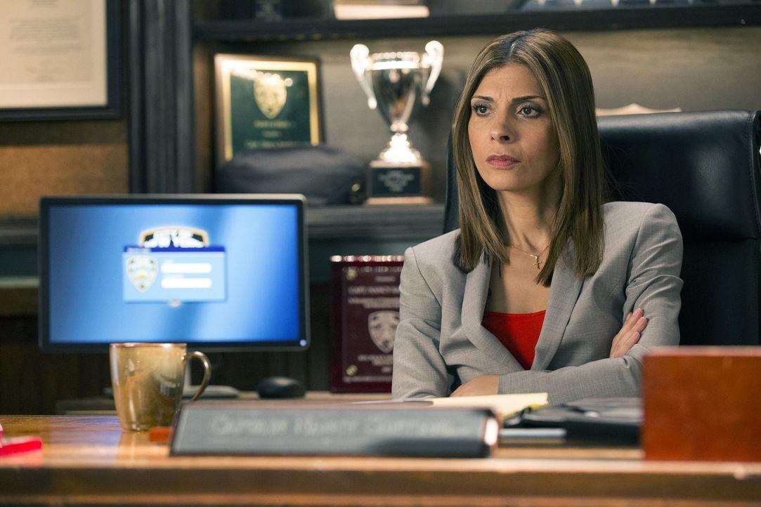Captain Santiani (Callie Thorne) stößt im Polizeirevier auf einigen Widerstand, vor allem als der wieder genesene Jake zurück kommt und seine alte S... - Bildquelle: 2015 Warner Bros. Entertainment, Inc.
