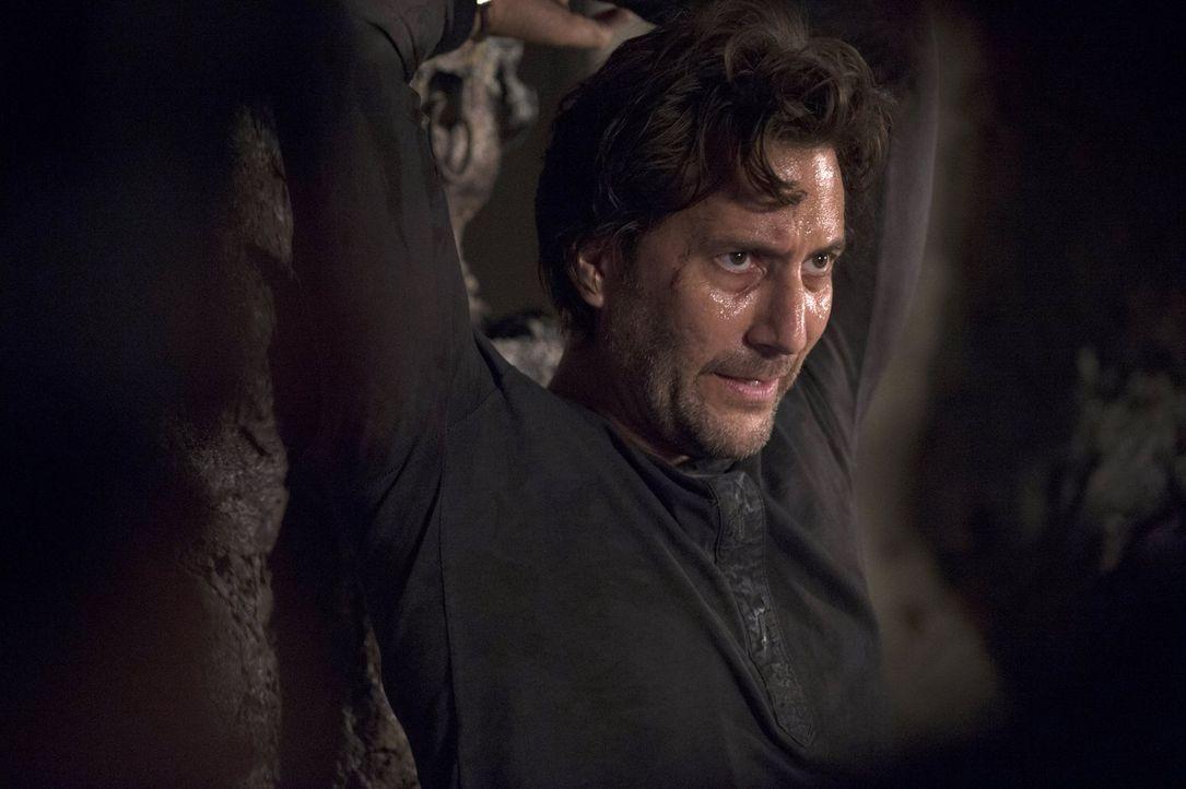 Während Kane (Henry Ian Cusick) froh ist, dass Abi noch lebt, muss Jasper einen herben Verlust hinnehmen ... - Bildquelle: 2014 Warner Brothers