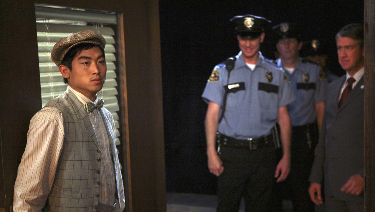 Dekan Bowman (Alan Ruck, r.) taucht mit der Polizei auf, da herausgekommen ist, dass es Alkohol auf der Party geben soll. Wade (Derek Mio, l.) ist g... - Bildquelle: ABC Family