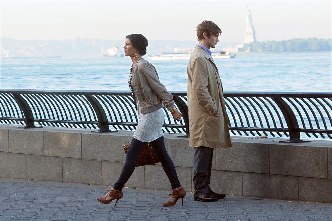 Vanessa (Jessica Szohr, l.) ist empört, als sie bemerkt, dass der Mann sein Ertrinken nur vorgetäuscht hat. Nate (Chace Crawford, r.) sagt nichts da... - Bildquelle: Warner Bros. Television