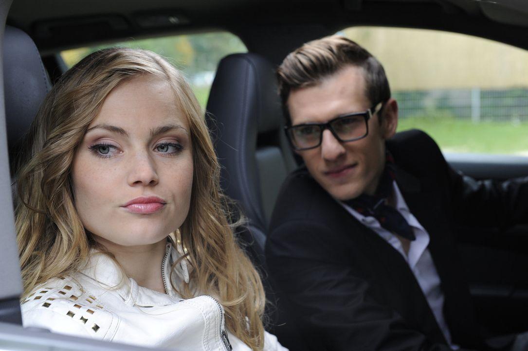 Hotte (Dennis Schigiol, r.) hofft, mit seinem neuen Porsche bei Caro (Sonja Bertram, l.) landen zu können. Doch liegt er damit Richtig? - Bildquelle: Christoph Assmann SAT.1