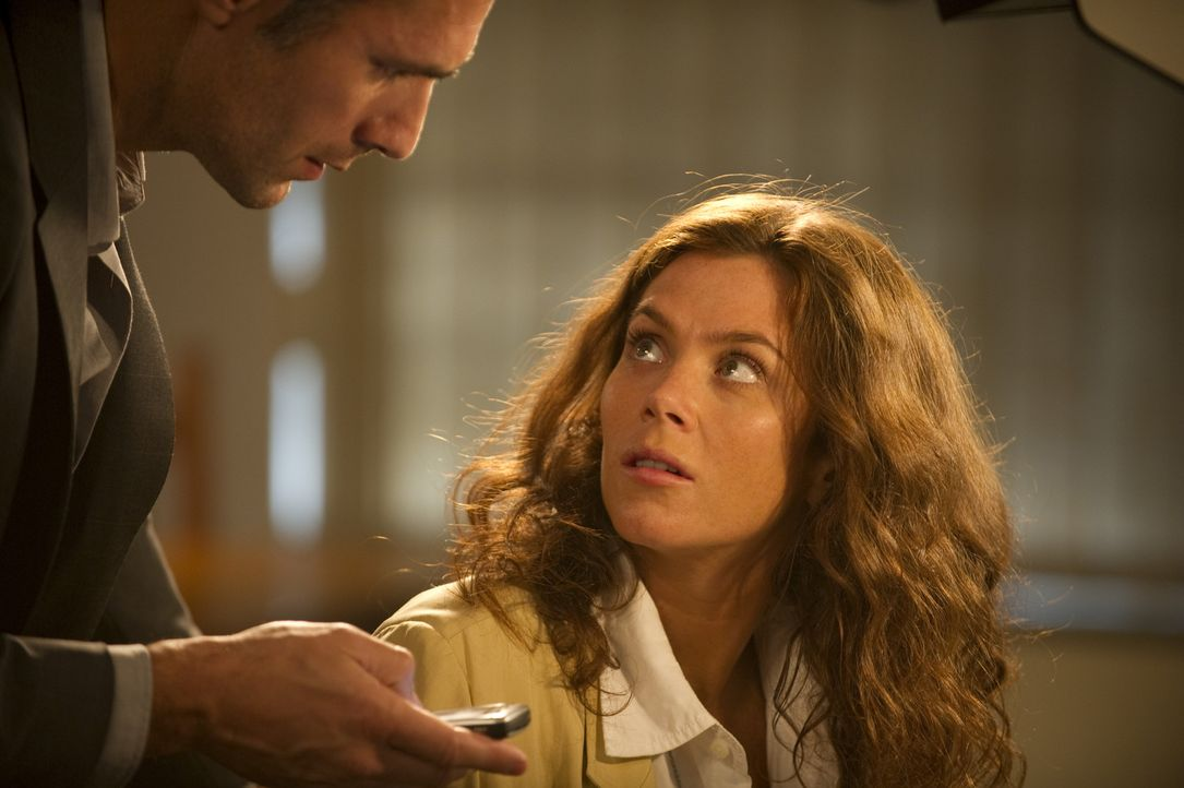 Während Angelos (Raoul Bova, l.) Interesse der Reliquie selbst gilt, will Victoria Carter (Anna Friel, r.) das Geheimnis von König Salomos Siegel... - Bildquelle: Tandem Communication GmbH & Film Afrika Worldwide (Pty) Limited South Africa