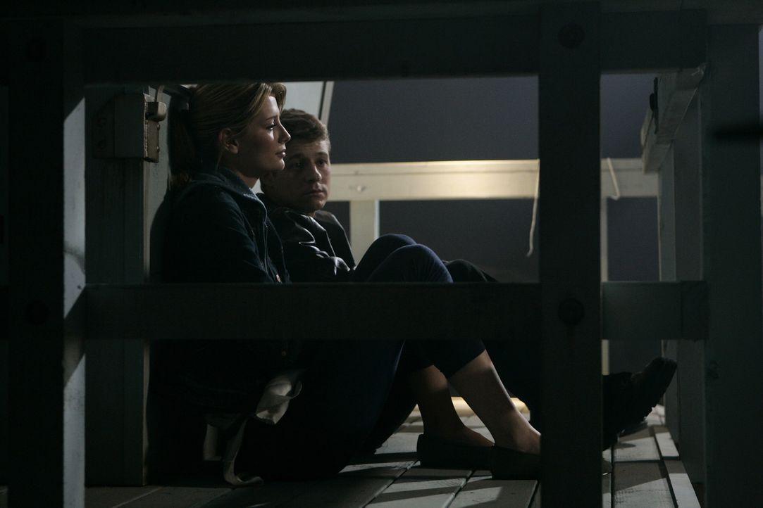 Marissa (Mischa Barton, l.) kommt überhaupt nicht damit klar, dass sie Ryans (Benjamin McKenzie, r.) Bruder Trey angeschossen hat und er deshalb im... - Bildquelle: Warner Bros. Television