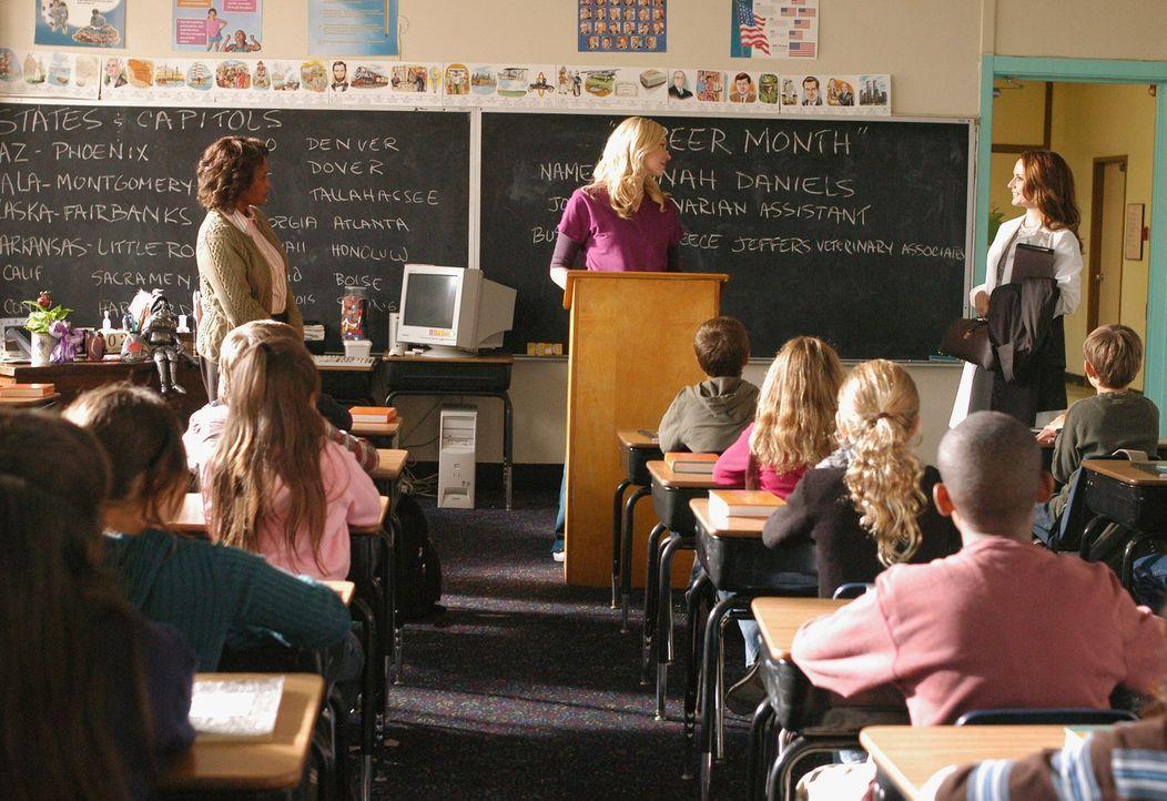 Mitten in den Vortrag von Hannah (Laura Prepon, 2.v.l) platzt Christine (Julie Ann Emery, r.) ins Klassenzimmer rein - war das reiner Zufall? - Bildquelle: ABC Studios