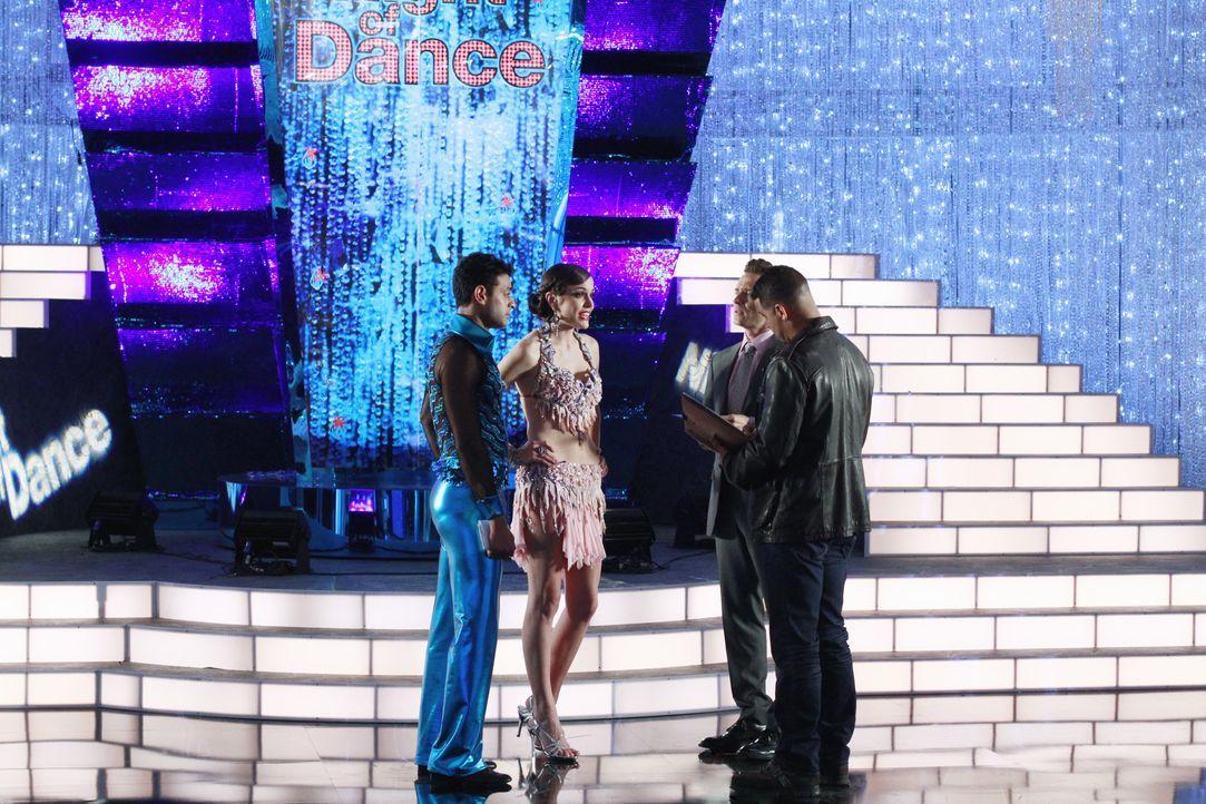 Während eines großen Tanzwettbewerbes wird eine Kandidatin ermordet in der Kabine aufgefunden. Kevin Ryan (Seamus Dever, 2.v.r.) und Javier Esposito... - Bildquelle: ABC Studios