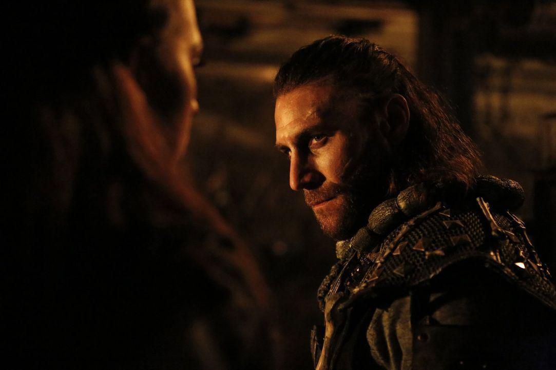 Als Roan (Zach McGowan) in den Kampf gegen die anderen Clans zieht, ahnt er nicht, dass dieser Kampf ein ganz anderes Ende nehmen wird, als alle ged... - Bildquelle: 2016 Warner Brothers