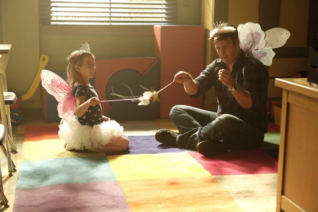 Auch wenn Castle (Nathan Fillion, r.) und die kleine Emily (Rachel Eggleston, l.) ein Herz und eine Seele sind: Der Ermittler kommt einfach nicht an... - Bildquelle: Nicole Wilder-Shattuck ABC Studios / Nicole Wilder-Shattuck