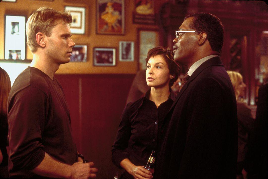 Zusammen mit dem Polizeipräsidenten John Mills (Samuel L. Jackson, r.), beginnt Jessica Shepard (Ashley Judd, 2.v.r.) mit den Ermittlungen zu den my... - Bildquelle: Paramount Pictures