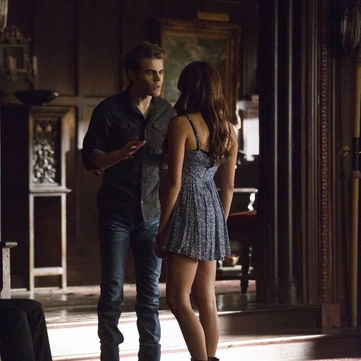 Verzweifelt versucht Elena (Nina Dobrev, r.), Stefan (Paul Wesley, l.) die neue Situation zu erklären ... - Bildquelle: Warner Brothers