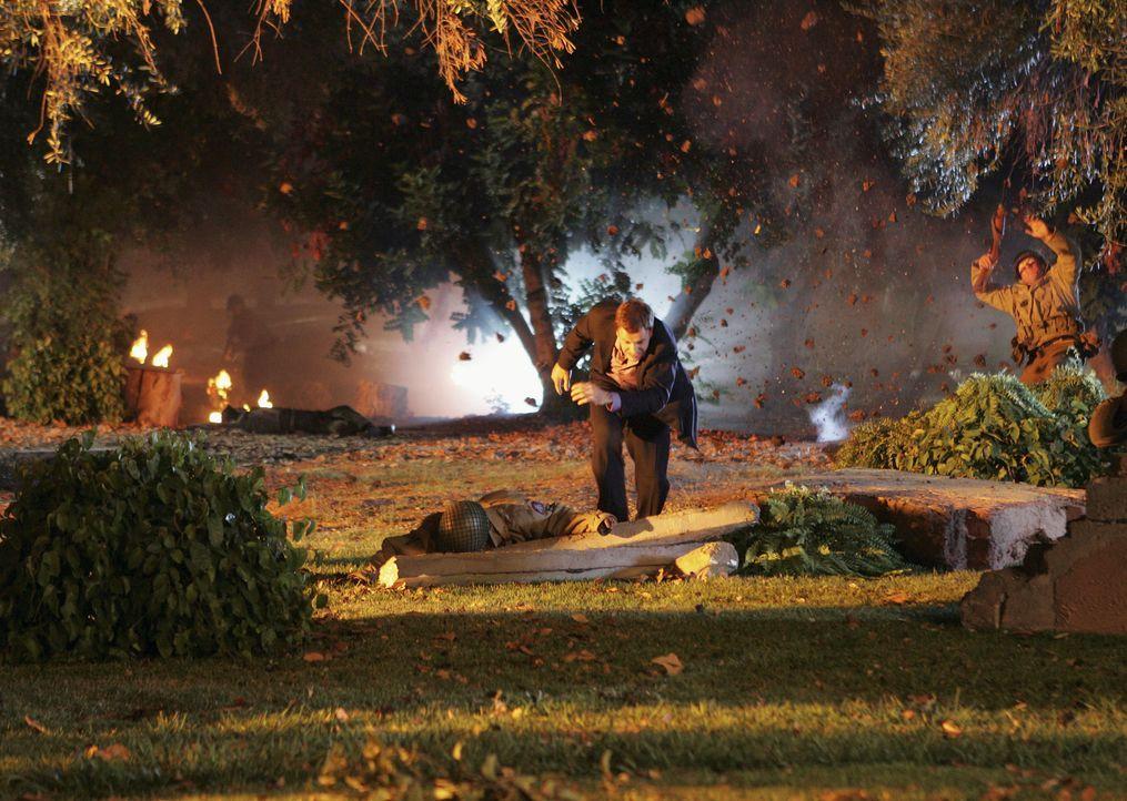 Mitten in einer Konferenz hört Eli (Jonny Lee Miller) Schüsse fallen und findet sich plötzlich auf einem Kriegsschauplatz wieder ... - Bildquelle: Disney - ABC International Television