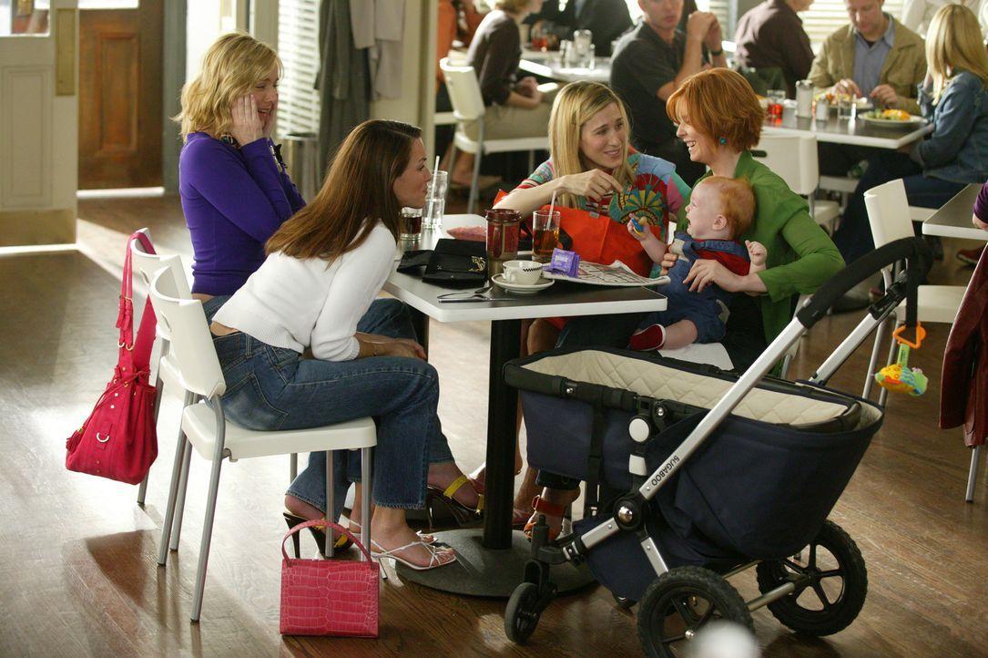 Auch für die vier Freundinnen Charlotte (Kristin Davis, 2.v.l.), Samantha (Kim Cattrall, l.), Carrie (Sarah Jessica Parker, 2.v.r.) und Miranda (Cy... - Bildquelle: Paramount Pictures