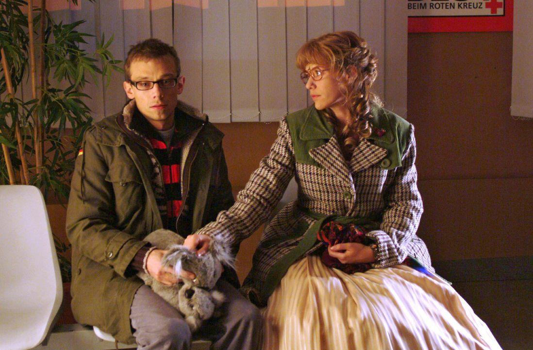 Lisa (Alexandra Neldel, r.) steht Jürgen (Oliver Bokern, l.), der im Krankenhaus auf Nachricht über Sabrinas Zustand wartet, bei. (Dieses Foto von A... - Bildquelle: Monika Schürle SAT.1 / Monika Schürle