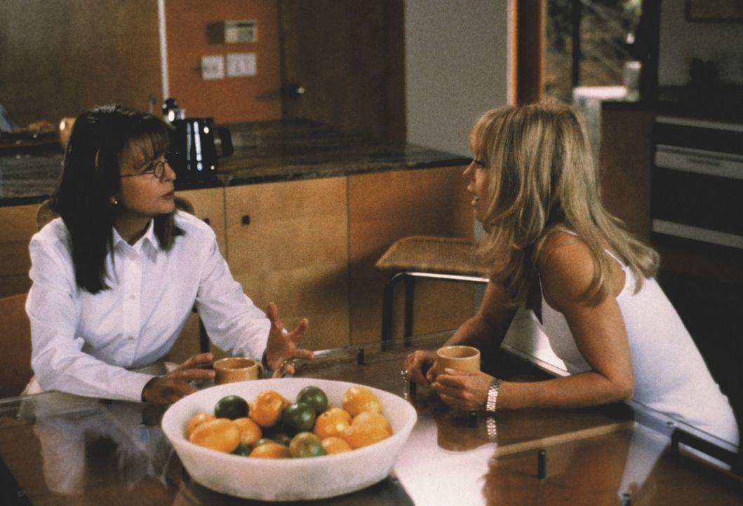 Ellie (Diane Keaton) und Mona (Goldie Hawn) reden über ihre Ehemänner, die in der Midlifecrisis stecken ... - Bildquelle: KINOWELT